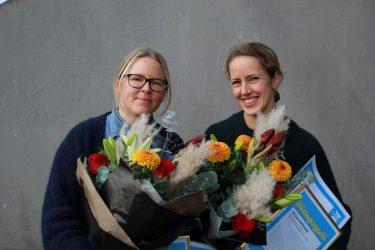 Åsa Falk och Kajsa Månsson med blombuketter och diplom.