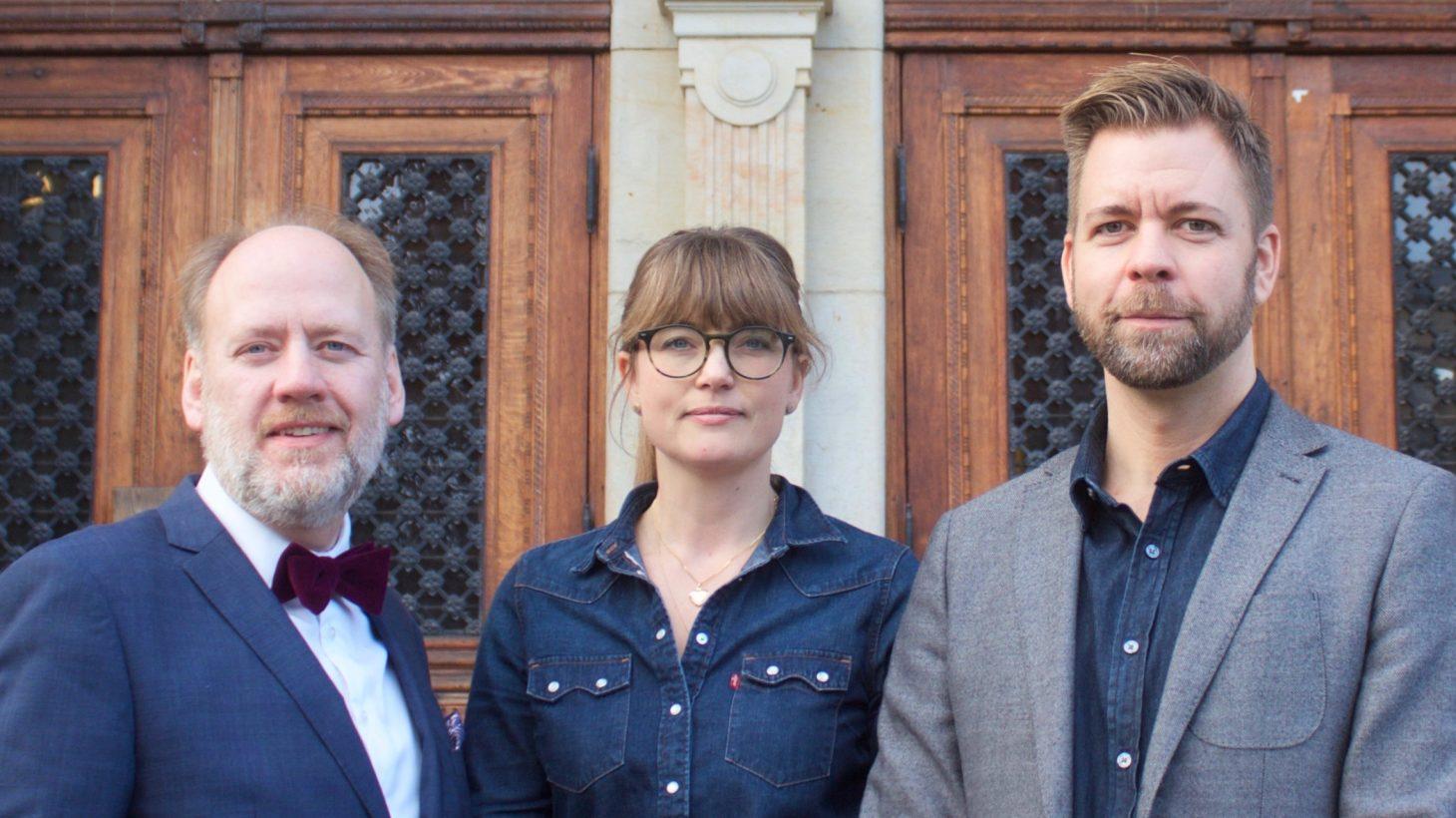 Björn Westerström, Lo Söllgård och Joakim Altervall framför porten på S:t Petri skola.