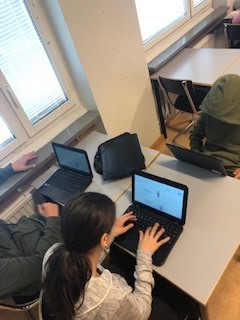 Elev skriver på laptop.