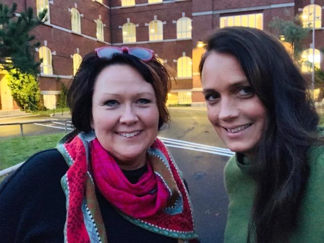 Nina Svensson och Ulrika Wirgin framför Mellersta förstadsskolan.