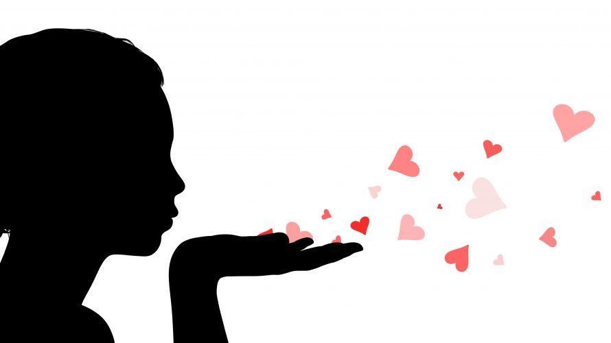Skuggan av en flicka blåser iväg hjärtan.