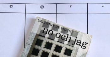 Fyra kolumner på papper och ovanför ligger en bok.