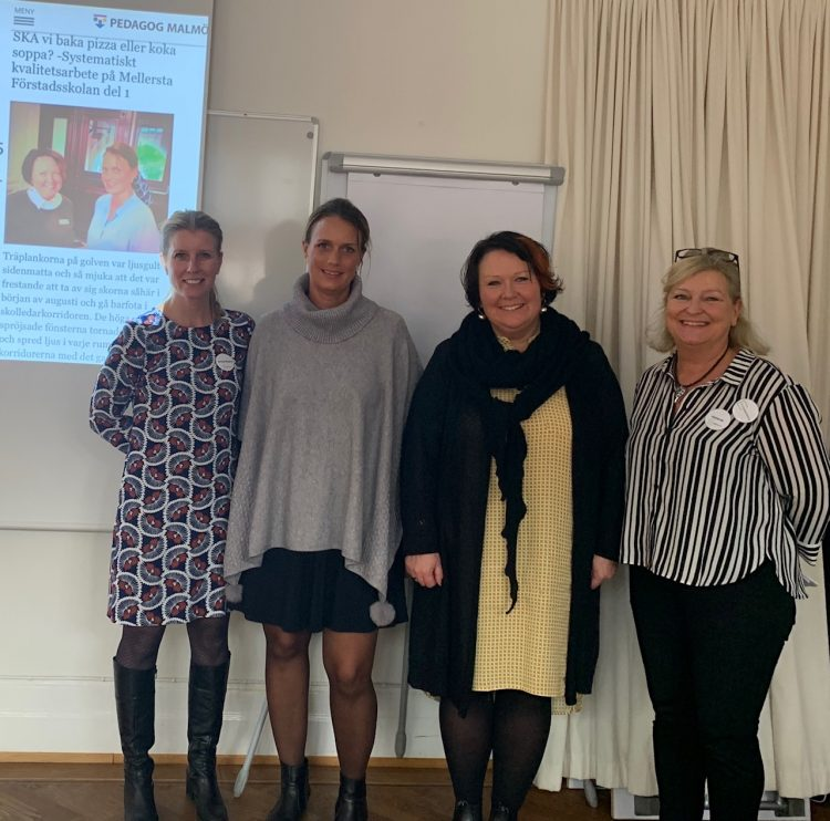 Fyra pedagoger står framför en projicerad presentation.