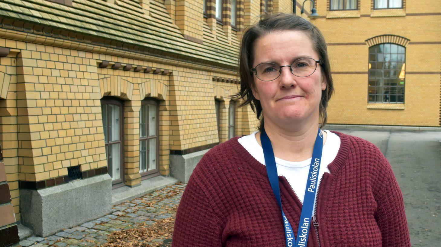 Karolina Göransson, lärare i samhällskunskap och historia på Pauliskolan, står utanför skolan.
