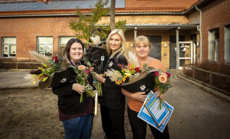 Maria Ingheden, Sandra Lagerholm och Annelie Niklasson med blombuketter och diplom.