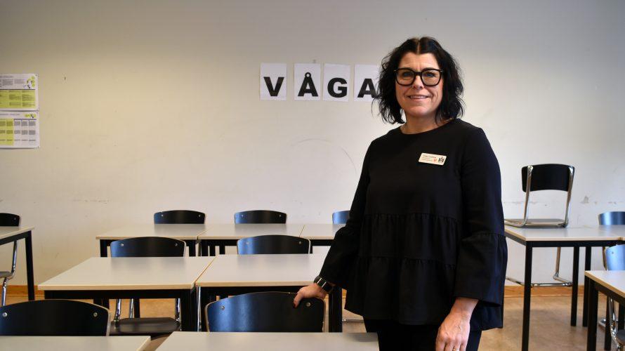 Ulrika Lindblom, lärare på spetsutbildningen i engelska på Söderkullaskolan i Malmö står i sitt klassrum.