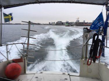 Svallande vågor efter båt.