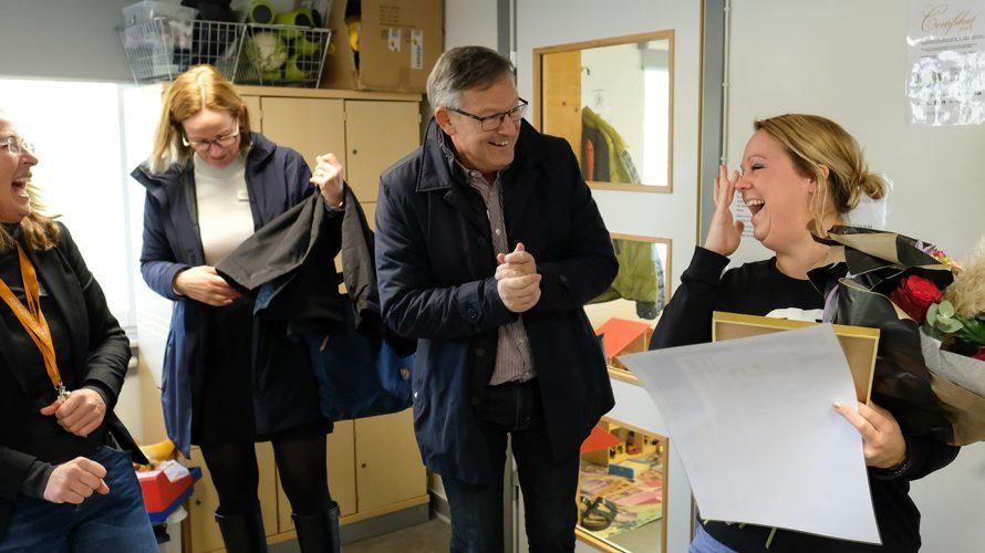 Anders Malmqvist överraskar Elin Strömgren med blombukett.