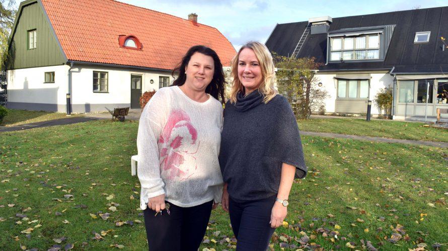 Nesrin Erden, barnskötare på Brandvaktens förskola och Cecilia Trygg, förskollärare, står på gården framför förskolan.