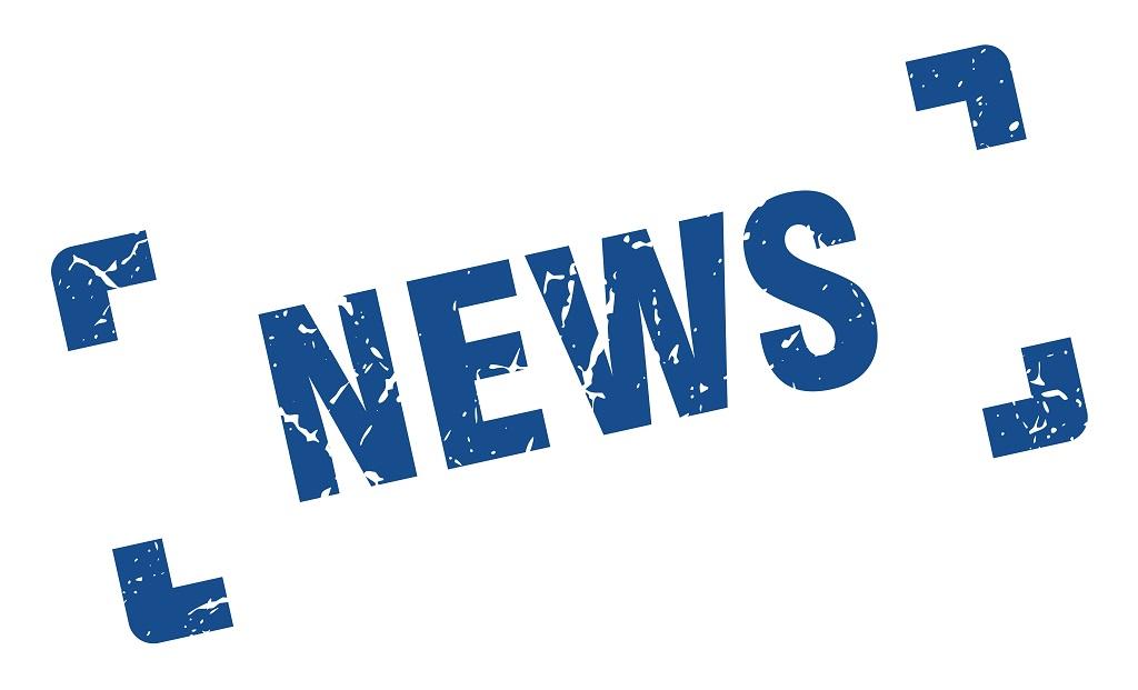Ordet news på vit platta med blå bokstäver