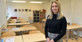 Dzemila Glavovic, elevccoacch på Bellevue gymnasium, står i ett klassrum.