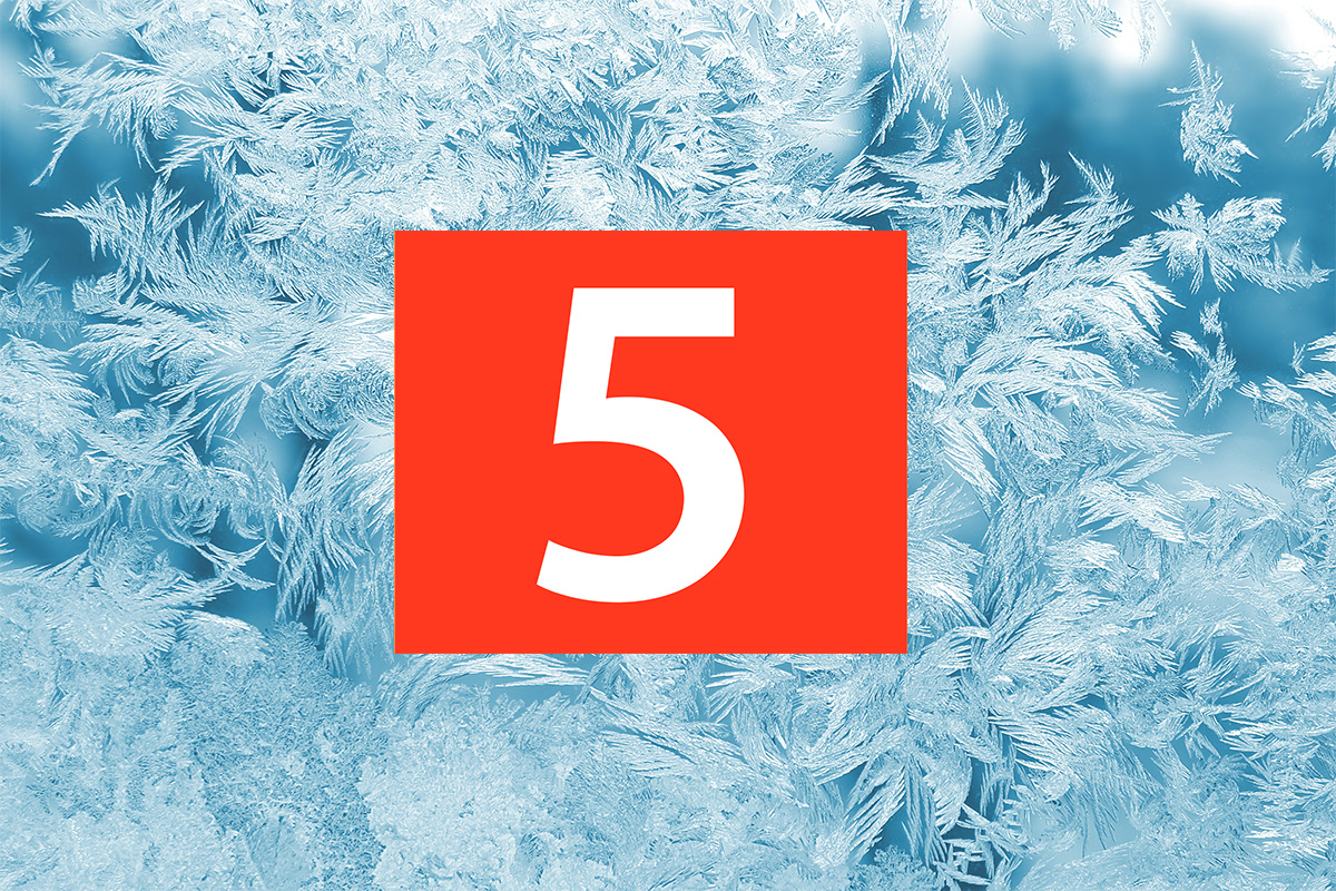 Rimfrost på ruta och siffran fem.