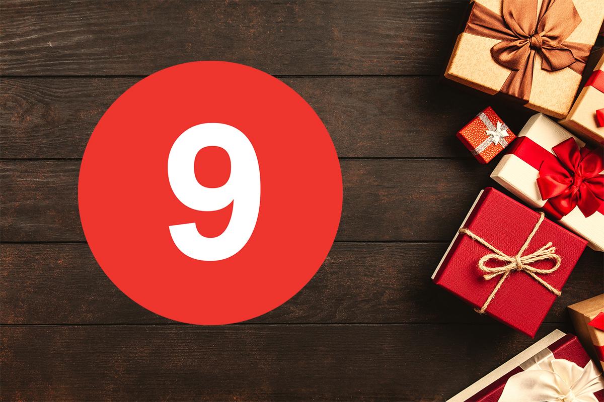 Paket och siffran nio på träbänk.