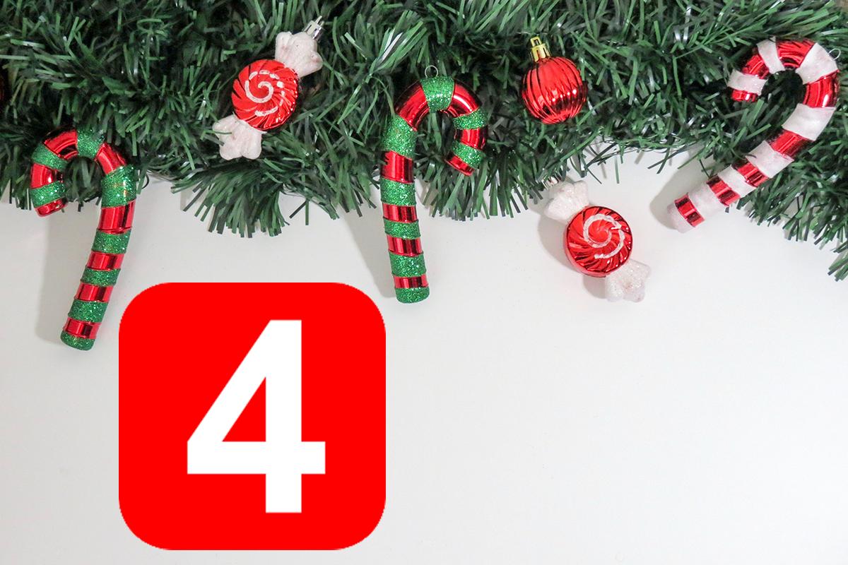 Julkäppar hänger i gran och siffran fyra.