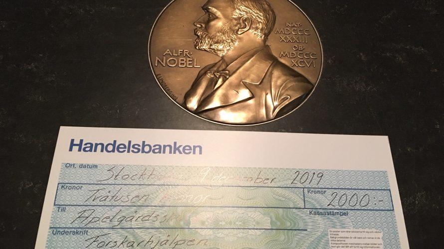 Nobles märke och en check utställd till Apelgårdsskolan.