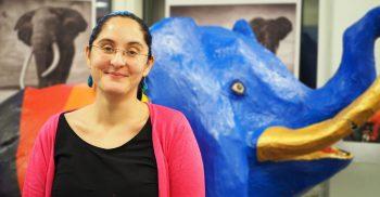 Ammy Mody, kurator, Rosengårdsskolan. Hon står framför elefant i papier-maiche.