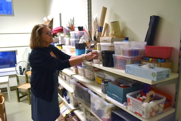 Barnskötare Agneta Zeberg plockar fram material från en hylla i ateljén på Ribersborgs förskola.
