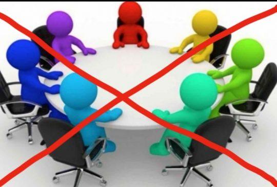 Ett runt bord med sju mötesdeltagare är överkryssat.