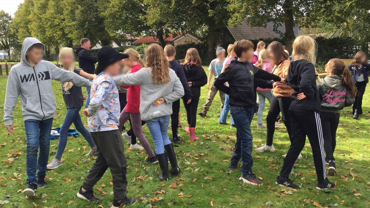 Elever tränar dans.