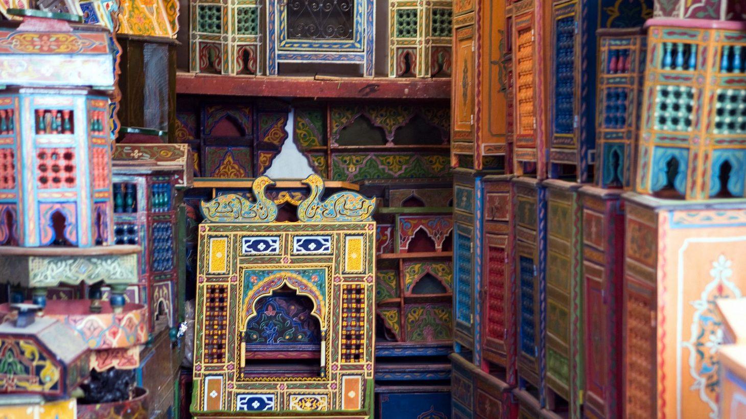 Färgglada träarbeten på marknad i Marrakech.