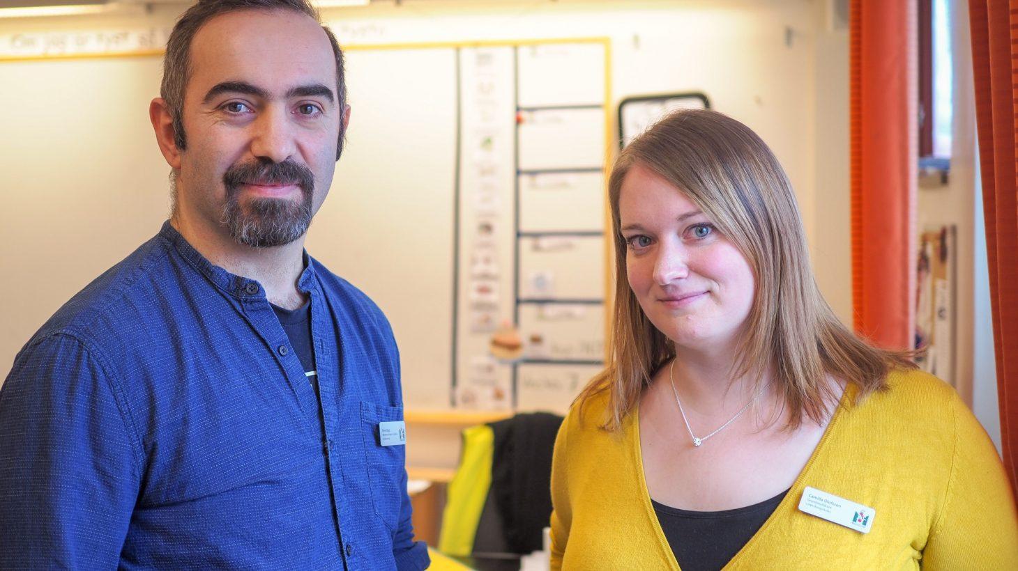 Emre Oguz och Camilla Olofsson i ett klassrum.