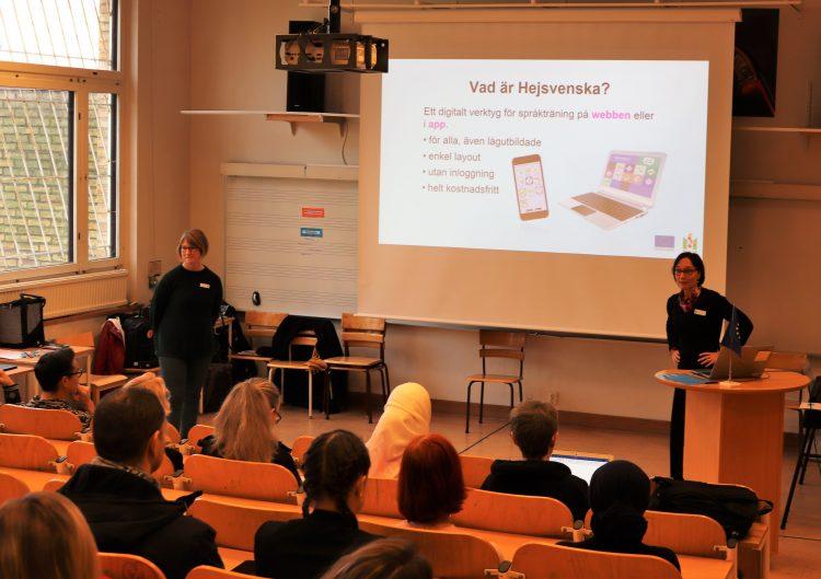 Kvinna föreläser om hjälpstrukturer framför projicerad presentation.