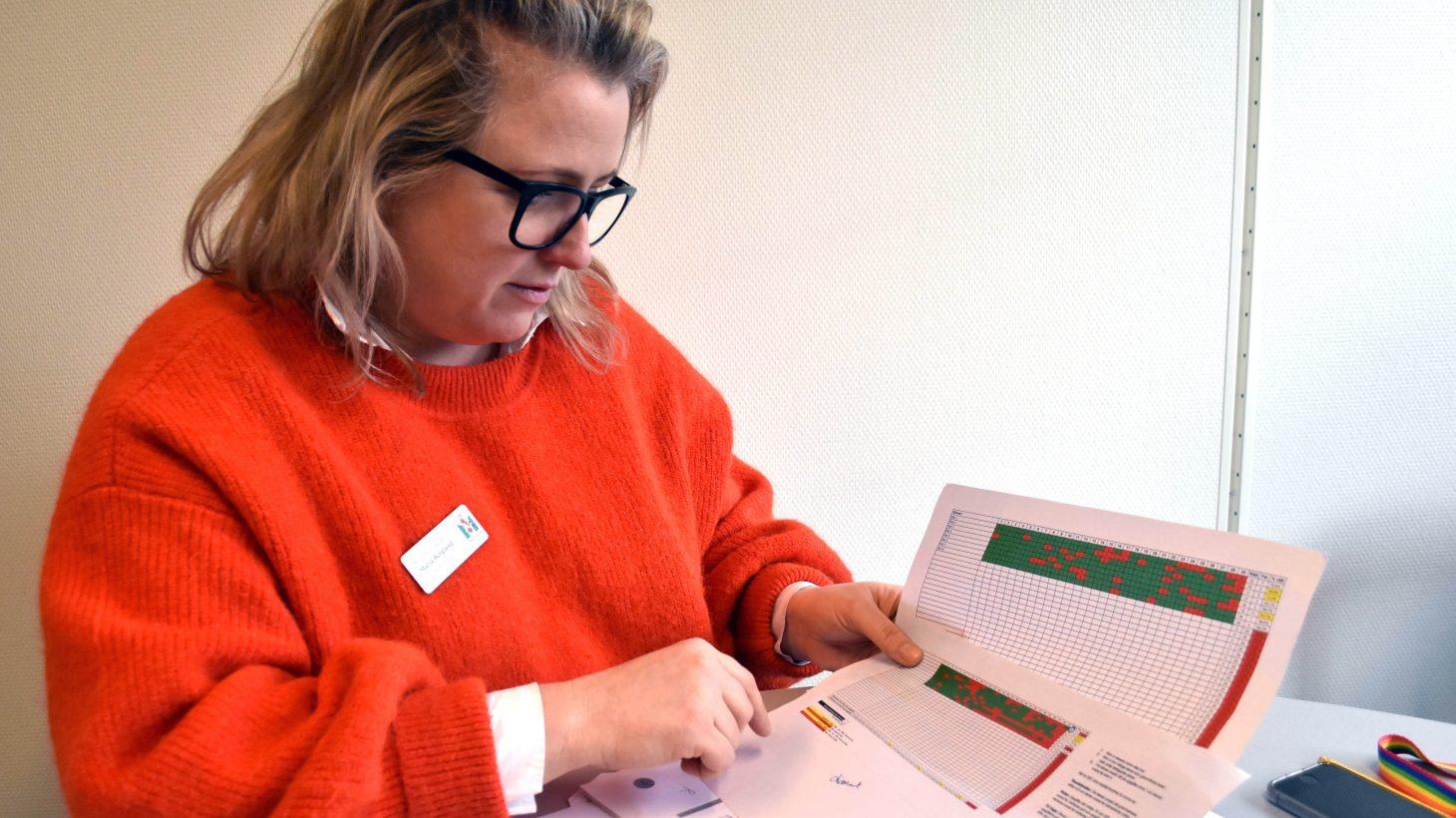 Maria Berglund, specialpedagog på Kungshögsskolan, visar bedömningsstödet i taluppfattning; det ena från början av september, det andra från december. Det senare är betydligt grönare – en elev gick från 31 till 86 procent, andra ligger på höjningar på runt 25 procent.