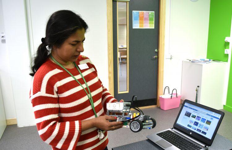 Sumita Bhattacharyya, förstelärare i matematik och programmering på Oxievångsskolan, visar upp en legobil som högstadieelever på skolan programmerat.