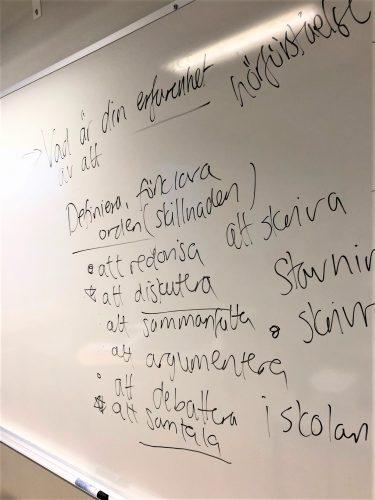 Olika begrepp står på whiteboard.