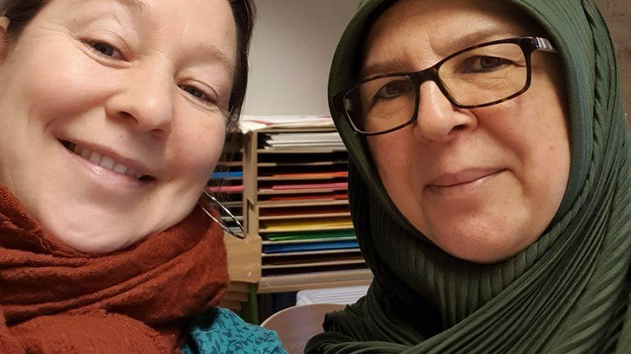 Två kvinnor tar en selfie.