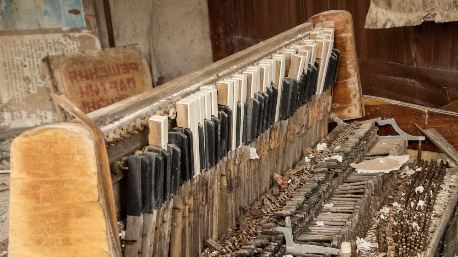 Gammalt och trasigt piano.