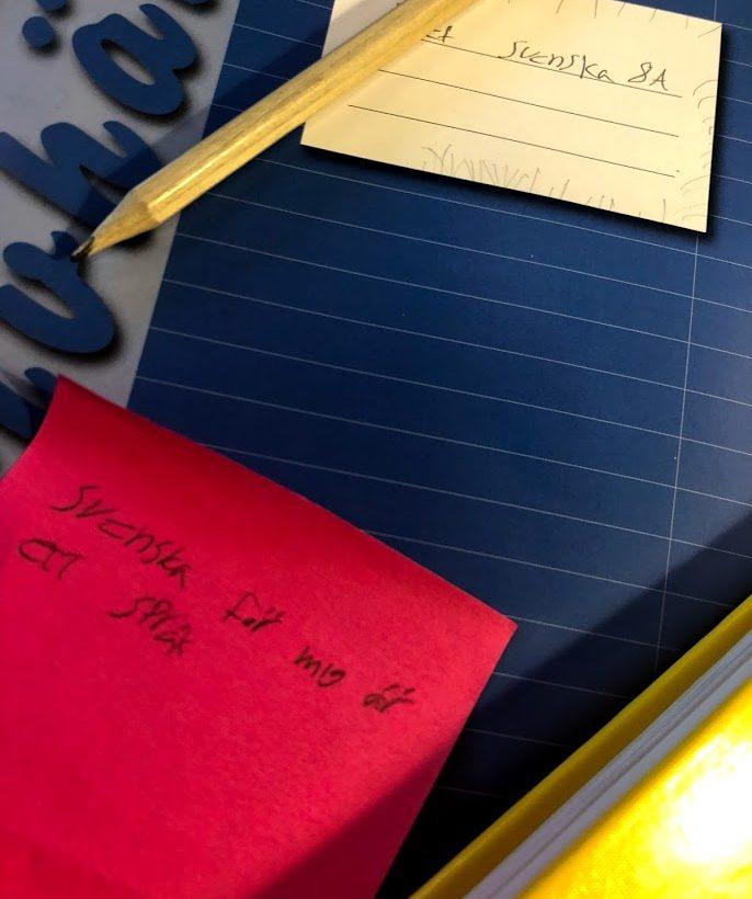 Skrivhäfte och penna.