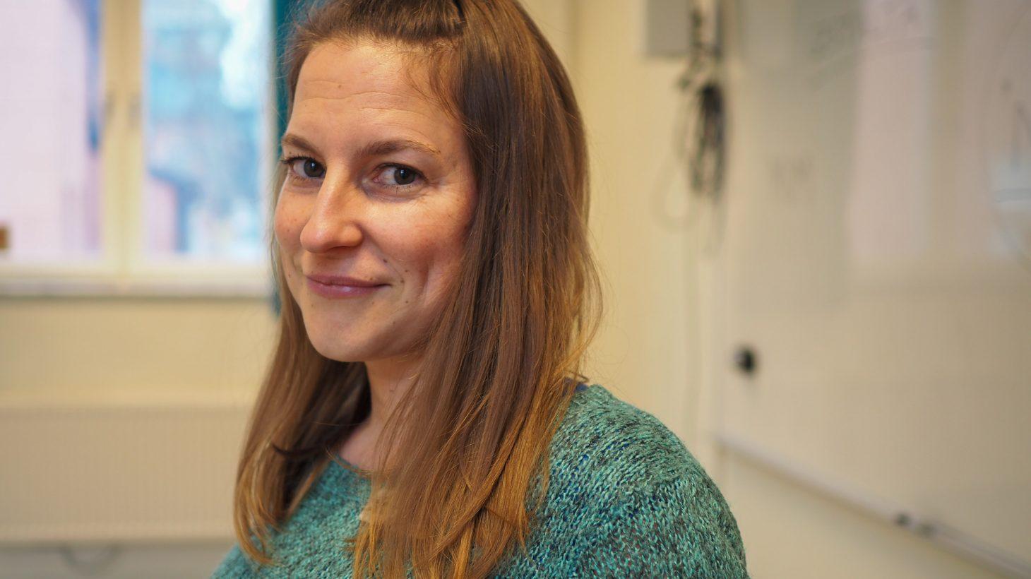 Anja Hortnor dramapedagog står framför whiteboardtavla i klassrum.