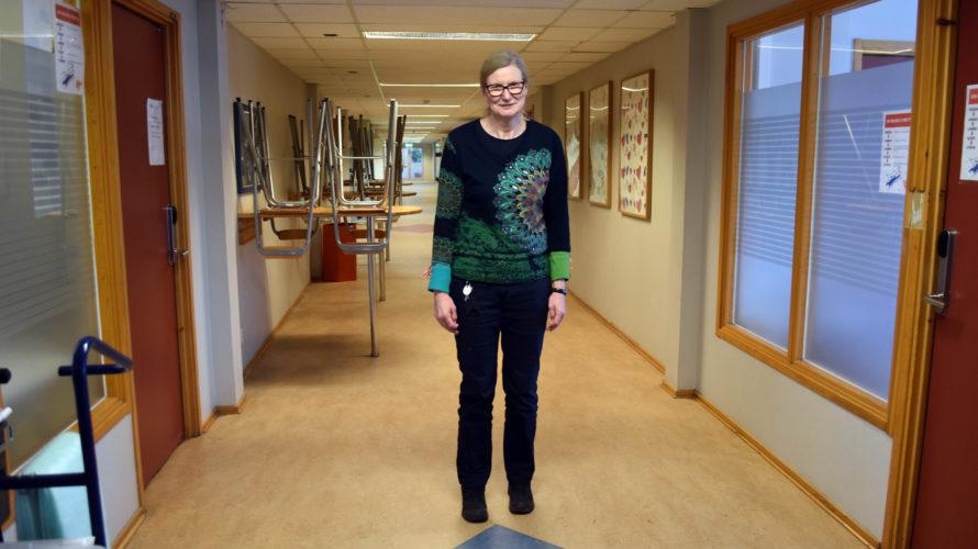 Annika Johansson, specialpedagog på Universitetsholmens gymnasium, står i en tom skolkorridor.