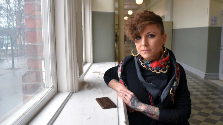 Karolina Petersen, lågstadielärare på Johannesskolan, står vid ett fönster i skolans korridor.