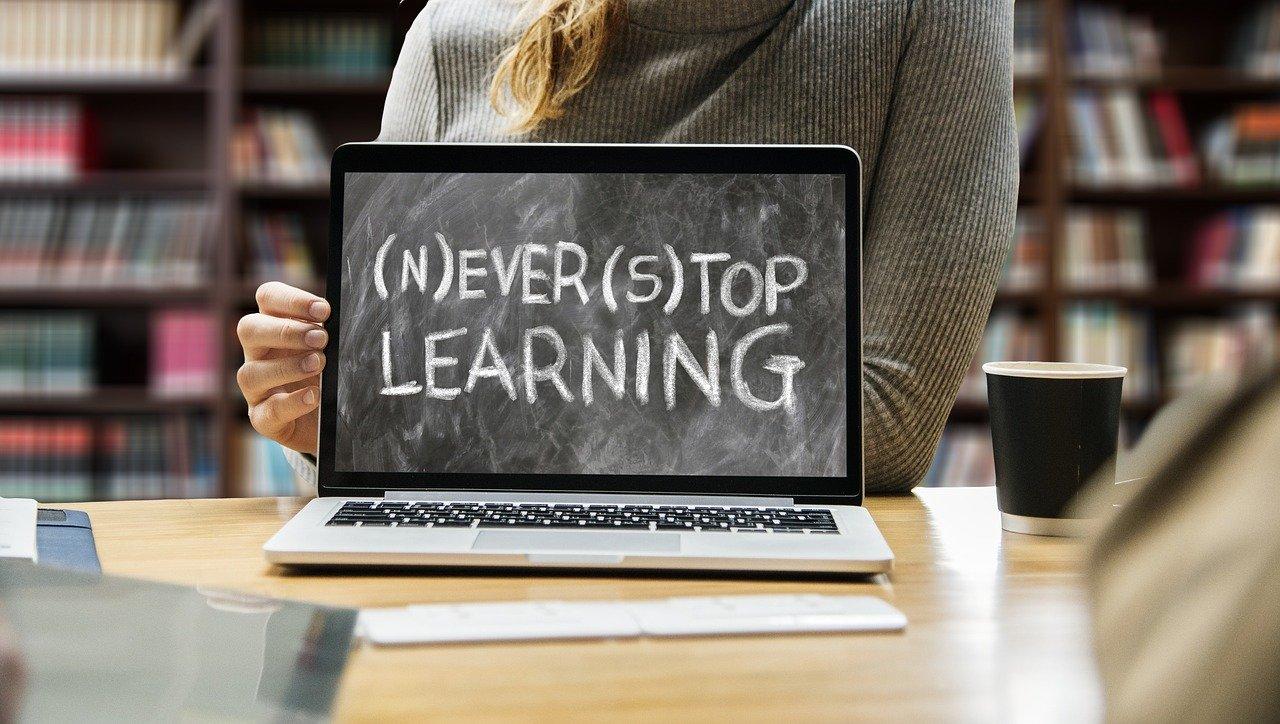 """En bild på en dator. På skärmen står """"Never Stop learning""""."""