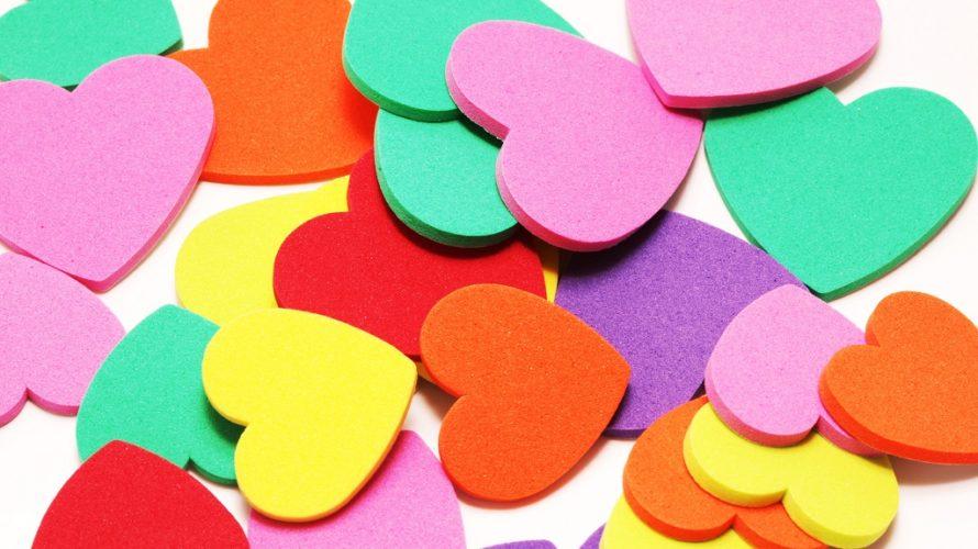Färgglada hjärtan samlade i en hög