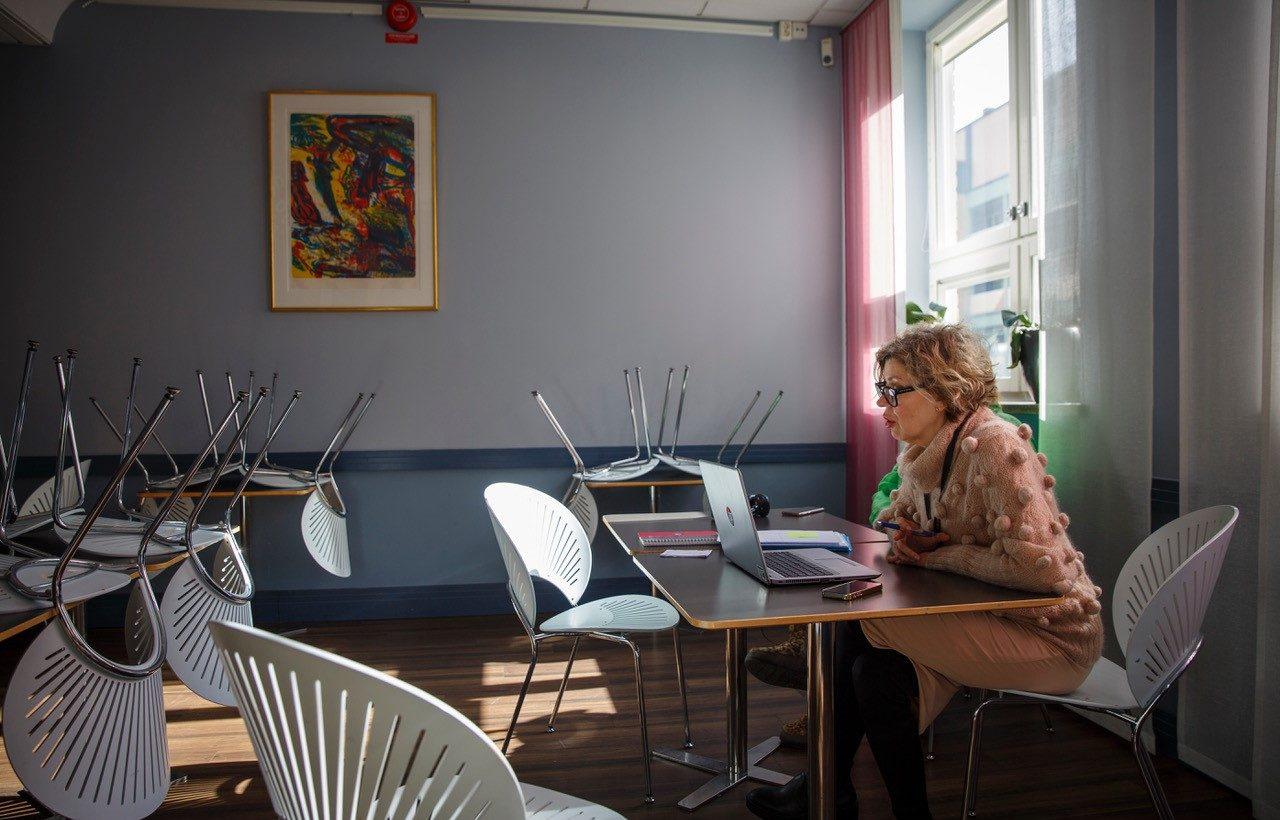 Restaurangläraren Linda Freij pratar med eleverna via datorn. Foto: Pelle Jernryd