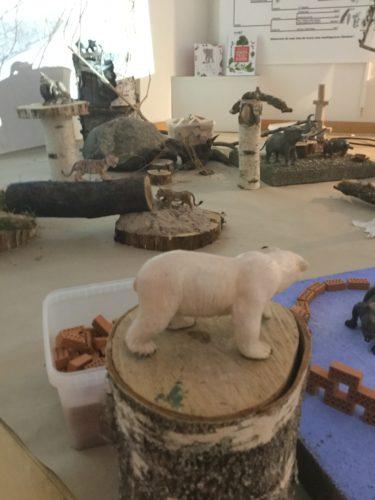Leksaksdjur står på stubbar.