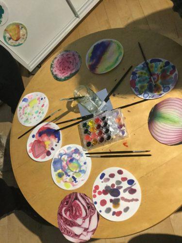 Färgpaletter och färger på ett bord.