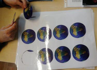 Laminerade ark med bild på en jordglob.