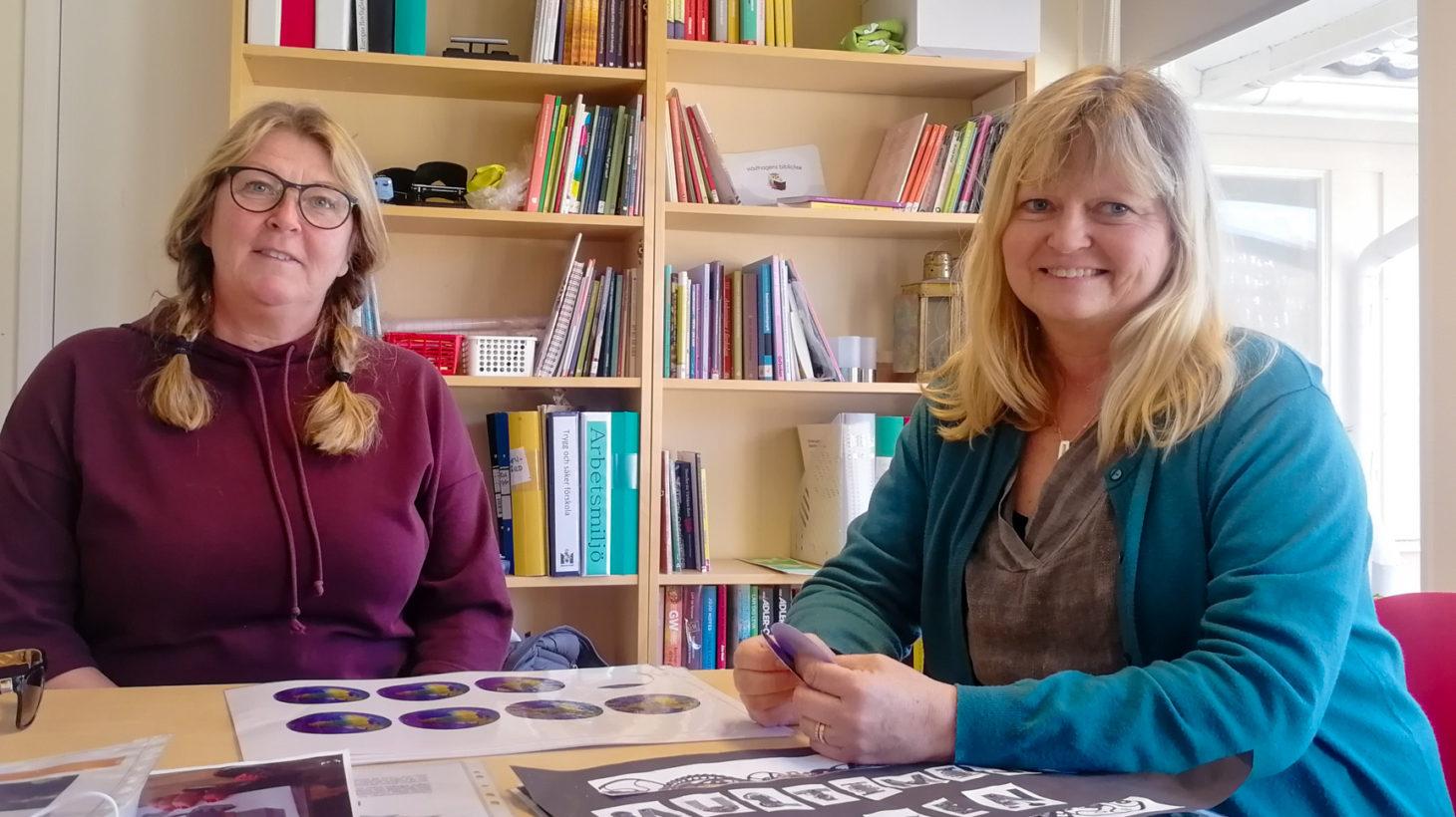 Marie Bergengren och Maria Henriksson sitter vid ett bord.