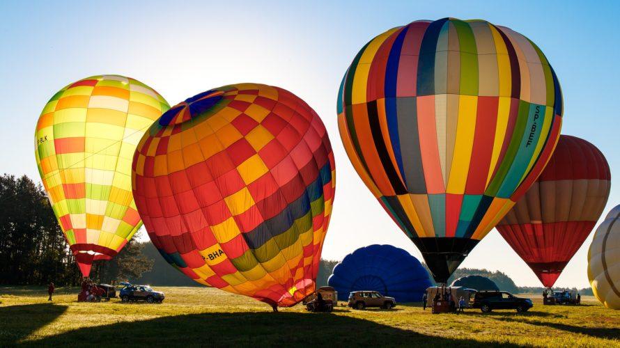Färgglada luftballonger redo att lyfta.