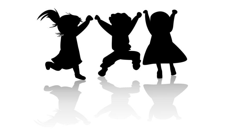 Tre barns tecknade siluetter hoppar och dansar.