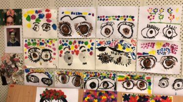 Barns teckningar föreställande Frida Kahlo är uppsatta.