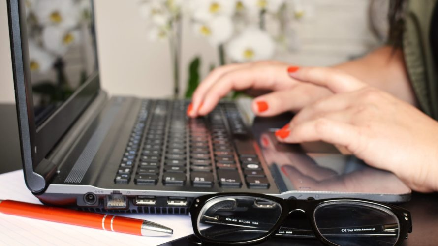 Händer skriver på laptop.