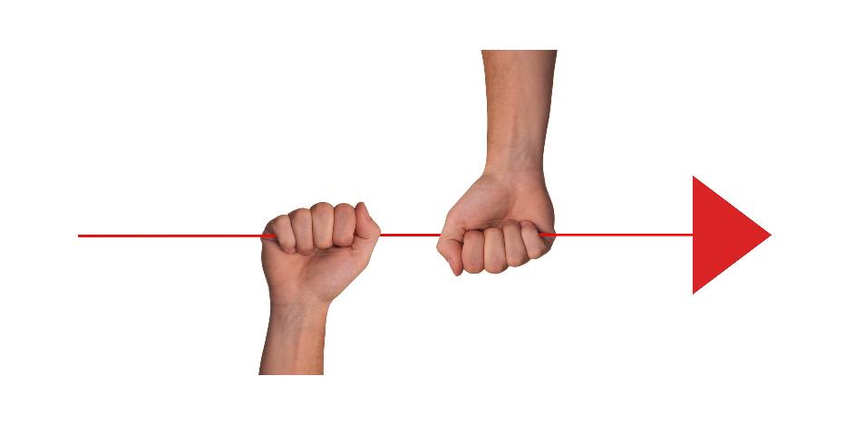 Två händer håller i en röd pil som riktas åt höger.
