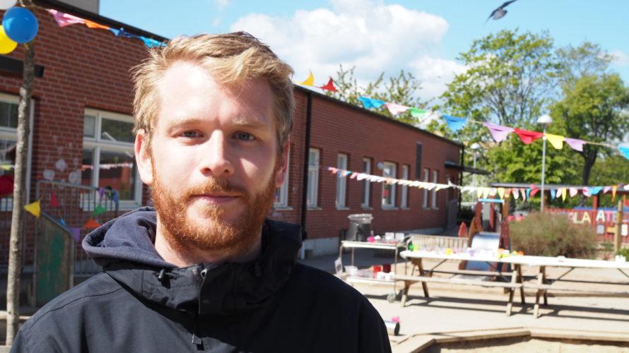 Anton Jakobsson står på förskolans gård.