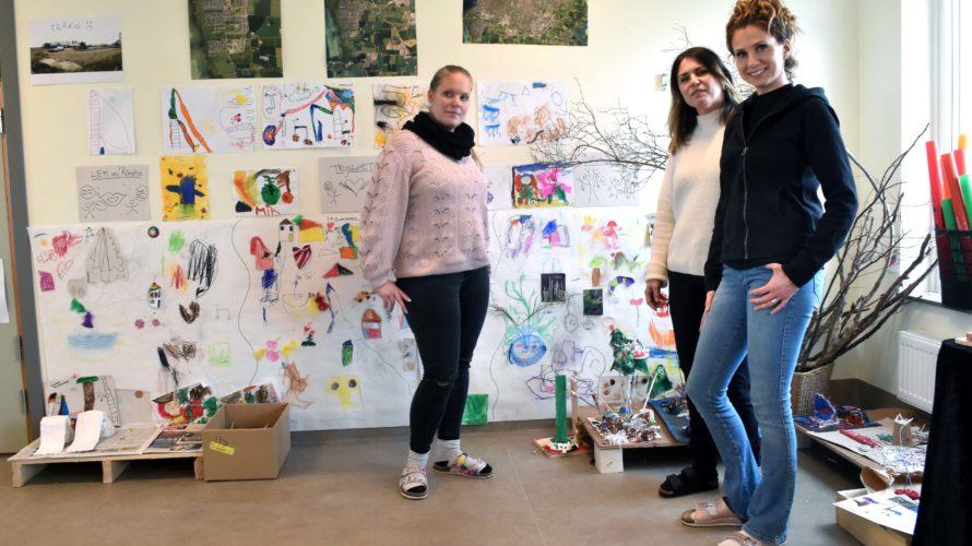 Helen Nilsson, Maria Rundquist Visser och Izabela Morzynska på Bladbaggens förskola står framför barnens byggen och skisser.