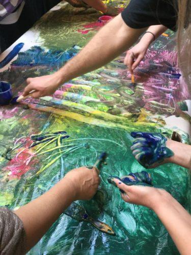Pedagoger ritar med fingerfärg.